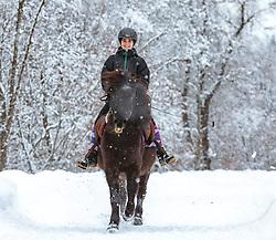 THEMENBILD - eine junge Reiterin mit ihrem Islandpferd bei Schneefall bei ihrem Ausritt, aufgenommen am 3. Februar 2018 in Kaprun, Österreich // a young Woman riding horse in winter scenery, Kaprun, Austria on 2018/02/03. EXPA Pictures © 2018, PhotoCredit: EXPA/Stefanie Oberhauser