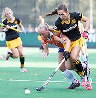 BLOEMENDAAL - Pleun van der Plas (Den Bosch)  met Laurien Boot (Bl'daal)   tijdens de competitie hoofdklasse hockeywedstrijd  dames Bloemendaal-Den Bosch 0-4.  COPYRIGHT KOEN SUYK