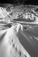 Landschaftsimpressionen mit Schneeverwehungen gesehen in der Region Tigiel oberhalb Tinizong im Kanton Graubünden.