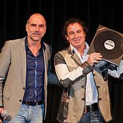 NLD/Hilversum/20101124 - Uitreiking boek 50 jaar Edison, de geschiedenis van de Muziekprijs, Leo Blokhuis Leo Blokhuis reikt 1e boek uit aan Marco Borsato
