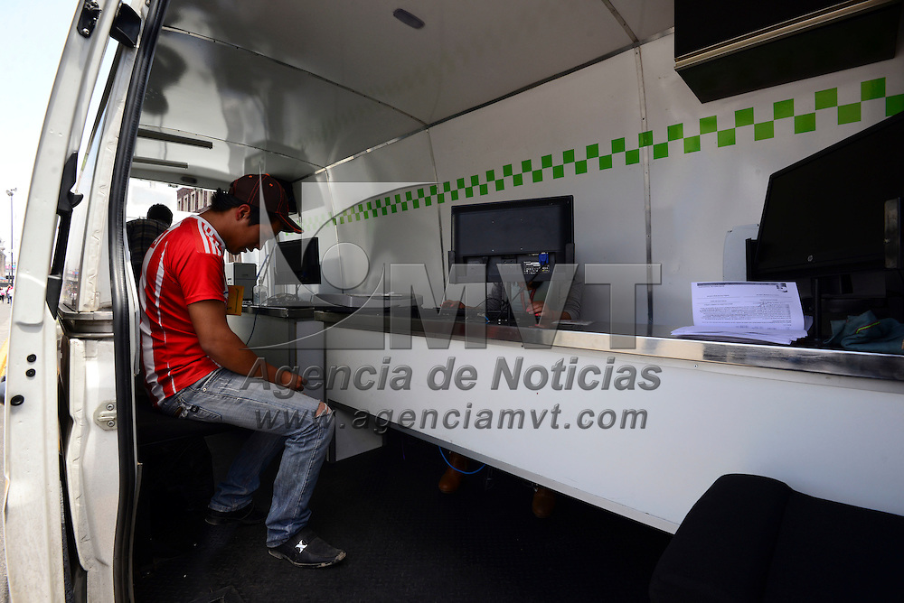 Toluca, México (Abril 27, 2016).- Personal de la Secretaria de Movilidad realizo exámenes toxicologicos a taxistas en la zona centro de Toluca, se instalaron en la avenida Lerdo a un costado de la Plaza Ángel María Garibay.  Agencia MVT / Crisanta Espinosa.