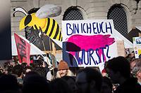 SCHWEIZ - BERN - Demonstration 'Essen ist politisch!' organisiert von 'Landwirtschaft mit Zukunft', hinter dieser Initative stehen über 30 Organisationen, welche zur Demonstration aufgerufen haben. Hier das Transparent 'Bin ich euch Wurst?' auf dem Bundesplatz - 22. Februar 2020 © Raphael Hünerfauth - http://huenerfauth.ch