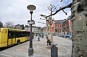 Belgie, Luik, 13-4-2013Straatbeeld in het centrum van de stad. Busstation. Het plein heeft de naam van commisaris Maigret en er staat het beeld van de schrijver Simenon, die de detective bedacht.Foto: Flip Franssen/Hollandse Hoogte
