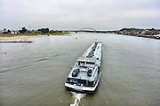 Nederland, Nijmegen, 15-7-2014 Binnenvaartschip, een tanker, tankschip, vaart over de Waal bij Nijmegen.Foto: Flip Franssen/Hollandse Hoogte