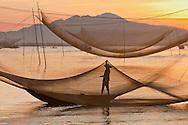 Vietnam Images-daily working - people catching fish with their traditional method.Hoi An. phong cảnh việt nam hoàng thế nhiệm Phong cảnh Vietnam