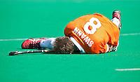 ROTTERDAM -HOCKEY - Matthew Swann raakt geblesseerd aan zijn arm tijdens de play off hockeywedstrijd tussen de mannen van Rotterdam en Bloemendaal (1-1, R'dam wint na shoot out). FOTO KOEN SUYK