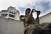 Nederland, Eindhoven, 24-3-2010Het standbeeld van het lampenvrouwtje van Philips, eerbetoon aan de vele vrouwen die bij het elektronica concern werkten en de stad welvaart gaven. Op de achtergrond de lampentoren, lichttoren, onderdeel van het gebouw de witte dame.Foto: Flip Franssen/Hollandse Hoogte