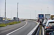 Nederland, A50, Ewijk, 6-6-2014Vlak na de tacitusbrug over de Waal bij knooppunt Ewijk is een ernstig ongeluk gebeurd. Het verkeer is door de politie vlak voor de brug stilgelegd, stilgezet. Een file is het gevolg. Vanwege de warmte stappen veel bestuurders even uit hun auto.Foto: Flip Franssen/Hollandse Hoogte