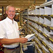 PTT Huizen postbesteller Gijs Reinbergen neemt afscheid, VUT