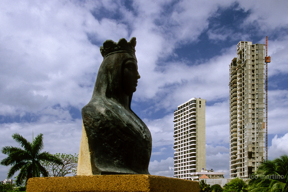 Panama Viejo (the first city America's city) was destroyed by Henry Morgan), The monument of Spanish queen Isabela of Castilla.