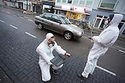 In Utrecht meet Milieudefensie de luchtkwaliteit met een ultrafijnstofmeter. Het is de aftrap van een meetcampagne, waarbij op 58 punten in Nederland de luchtkwaliteit wordt gemeten door bewoners. Na een jaar wordt bekeken of de Europese norm voor stikstofdioxide, waar Nederland sinds 1 januari 2015 moet voldoen, overschreden wordt. De verwachting is dat op drukke punten, zoals hier op de Amsterdamsestraatweg in Utrecht, de norm niet gehaald wordt. Luchtverontreiniging is een belangrijke doodsoorzaak in Nederland.<br /> <br /> In Utrecht Milieudefensie mesauees the air quality with an ultrafine particles meters. It is the start of a measurement campaign, with 58 points in the Netherlands the air quality is measured by residents. After a year it can been seen or the European standard for nitrogen dioxide, which the Netherlands since January 1, 2015 must meet is exceeded. The expectation is that at busy points, like here on the Amsterdamsestraatweg in Utrecht, the standard is not met. Air pollution is a major cause of death in The Netherlands.
