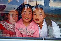 Mongolie, province de Bayankhongor, enfants dans un bus // Mongolia, Bayankhongor province, children on a bus