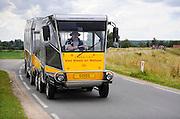 Nederland, Nijmegen, 21-6-2012De Solar Road Train is een toepassing van een voertuig aangedreven door elektriciteit uit zonnecellen, zonne energie. De stichting van Steen en Natuur rijdt in de zomer van de Beek Ubbergen naar de Ooijpolder waar excursies worden gegeven. Hier is juist een groep afgezet.Foto: Flip Franssen/Hollandse Hoogte