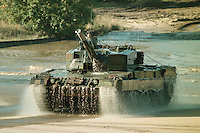 09 OCT 1995, MUNSTER/GERMANY:<br /> Kampfpanzer LEOPARD 2 der Bundeswehr, während einer Lehrvorführung der Panzertruppenschule Munster<br /> Tank LEOPARD 2 of the German Federal Armed Forces, during a trainig performance<br /> IMAGE: 19951009-01/05-07<br />  <br />  <br />  <br /> KEYWORDS: Streikräfte, army, Waffen, wappon, Panzer