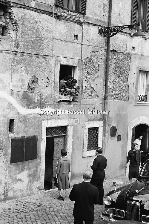 Princess Anne, daughter of queen Elizabeth of Great Britain, entering a house in Rome on the Tiber river.<br /> <br /> Princess Anne , fille de la reine Elisabeth de Grande-Bretagne , dans une maison à Rome au bord du fleuve Tibre.