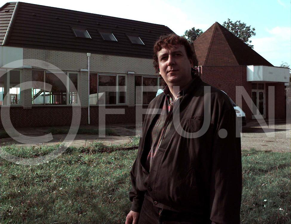 heino : arnold struik voor zijn nieuwe disco onderkomen..foto frank uijlenbroek@1995