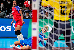 05-12-2019 JAP: Cuba - Slovenia, Kumamoto<br /> Fourth match groep A at 24th IHF Women's Handball World Championship. Slovenia win 39 - 26 of Cuba / Nina Zabjek #9 of Slovenia, Gleinys Reyes Gonzalez #10 of Cuba