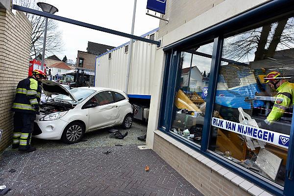 Nederland, Groesbeek, 27-2-2014Vrachtwagen rijdt VVV kantoor binnen na verschillende auto's geraakt te hebben. De chauffeur was uitgestapt om iets aan de oplegger te controleren zonder de truck op de handrem te zetten, terwijl hij op een helling stond.Foto: Flip Franssen/Hollandse Hoogte