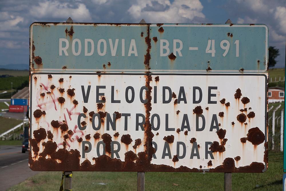 Varginha_MG, Brasil.<br /> <br /> Placa enferrujada em Varginha na BR-491 em Varginha, Minas Gerais.<br /> <br /> A rusty sign in Varginha in the BR-491 in Varginha, Minas Gerais.<br /> <br /> Foto: LEO DRUMOND / NITRO