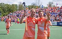 AMSTELVEEN - Billy Bakker (Ned) met Sander de Wijn (Ned) na de gewonnen finale,  EK hockey, finale Nederland-Duitsland 2-2. mannen.  Nederland wint de shoot outs en is Europees Kampioen.  COPYRIGHT KOEN SUYK