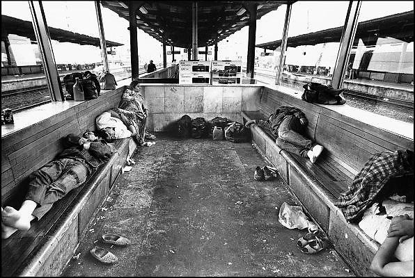 Duitsland, Oost Berlijn, 1-7-1990Op 1 juli 1990 werd de duitse monetaire eenwording effectief. De burgers van de ddr konden hun marken, ostmarken, inwisselen tegen de west-duitse mark, in winkels vond een grote operatie plaats om prijzen aan te passen en westerse producten in de schappen te leggen. Op station Berlin Lichtenberg slapen reizigers uit Polen die in Berlijn spullen gekocht hebben.Foto: Flip Franssen/Hollandse Hoogte