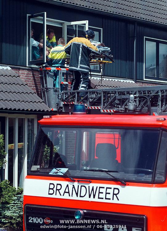 Vrouw uit huis gehaald Kamperzand Huizen ivm liggend vervoer door ladderwagen brandweer Bussum