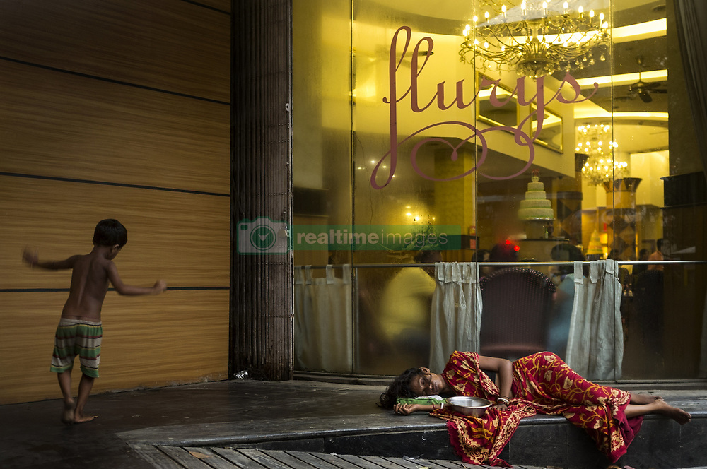 August 8, 2017 - Calcutta / Kolkata, West Bengal, India - A migrant mother from hinterland of the state, who also beg for livelihood is taking a nap on the pavement of Calcutta/Kolkata. (Credit Image: © Rana Chakraborty/Pacific Press via ZUMA Wire)