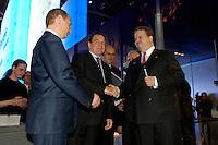 11 APR 2005 HANNOVER/GERMANY:<br /> Wladimir Wladimirowitsch Putin (L), Praesident russische Foerderation, Gerhard Schroeder (M), Bundeskanzler, und Utz Claassen (R), Vorstandsvorsitzender EnBW, am Messestand von Energie Baden-Wuerttemberg, EnBW, Hannover Messe<br /> IMAGE: 20050411-01-010<br /> KEYWORDS: Gerhard Schröder, Handshake