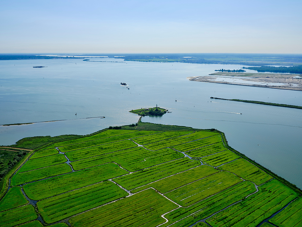 Nederland, Noord-Holland, Amsterdam, 02-09-2020; Vuurtoreneiland, ook bekend als Kustbatterij bij Durgerdamen onderdeel van de Stelling van Amsterdam. Het eiland ligt voor de kust van Polder  IJdoorn, een buitendijksepolderbijDurgerdam.<br /> Lighthouse Island, also known as Coastal Battery near Durgerdam and part of the Defense Line of Amsterdam. The island lies off the coast of Polder IJdoorn, a polder outside the dykes at Durgerdam.<br /> <br /> luchtfoto (toeslag op standard tarieven);<br /> aerial photo (additional fee required);<br /> copyright foto/photo Siebe Swart