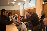 DEU, Deutschland, Germany, Berlin, 16.12.2015: Flüchtlinge in der Erstregistrierungsstelle des Landesamtes für Gesundheit und Soziales, Lageso, in der Bundesallee.