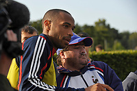 Fotball<br /> Frankrike<br /> Foto: Dppi/Digitalsport<br /> NORWAY ONLY<br /> <br /> FOOTBALL - MISCS 2008/2009 - FRANCE TRAINING - 03/09/2008 - THIERRY HENRY SIGNS AUTOGRAPH DURING THE FRENCH TEAM TRAINING IN CLAIREFONTAINE