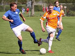 FODBOLD: Lasse Bruncke (Værløse) og Casper Sørensen (Helsingør) under kampen i Danmarksserien, pulje 1, mellem Værløse Boldklub og Elite 3000 Helsingør den 29. maj 2010 på Værløse Stadion. Foto: Claus Birch