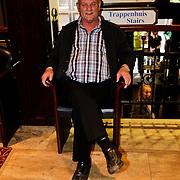 NLD/Den Bosch/20100601 - Opname TROS Muziekfeest op het Plein 2010, vader Frans Bauer zittend op een stoel