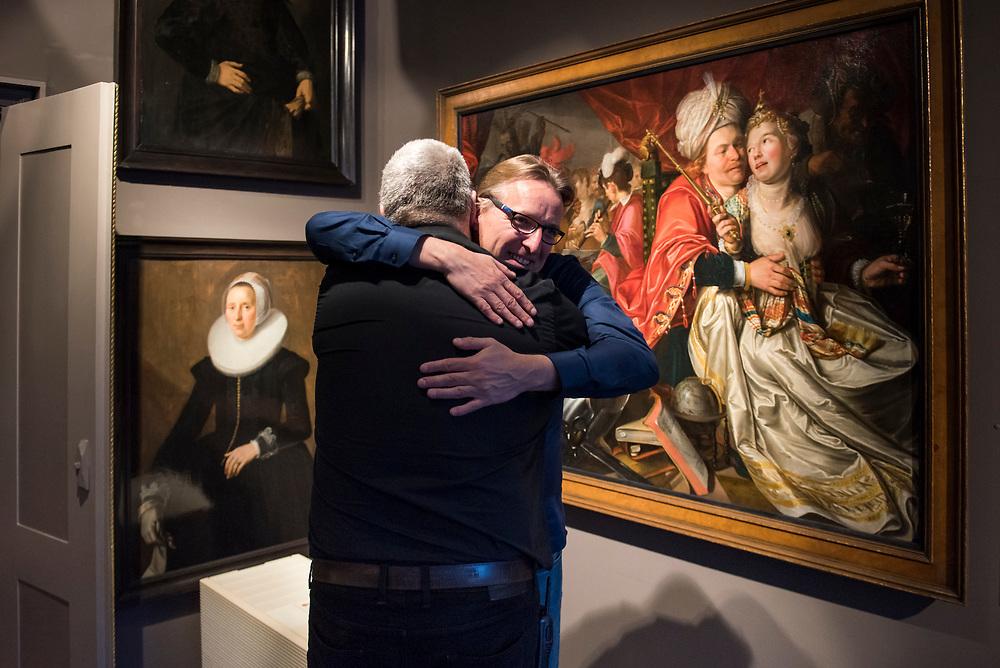 Arthur Brand  (Deventer, 1969) wordt begroet door een medewerker in het Westfries Museum in Hoorn. Brand haalde 5 in 2005 uit het museum gestolen schilderijen van oa Floris van Schooten en  Jacob Waben terug uit Oekraïn. Arthur Brand is een Nederlandse  kunstroofexpert. Hoorn, Nederland, 15 april 2019.<br /> Arthur Brand (Deventer, 1969) is greeted by an employee in the Westfries Museum in Hoorn. Brand retrieved 5 paintings by Floris van Schooten and Jacob Waben, stolen from the museum in 2005, from Ukraine. Arthur Brand is a Dutch art theft expert. Hoorn, the Netherlands, April 15, 2019.
