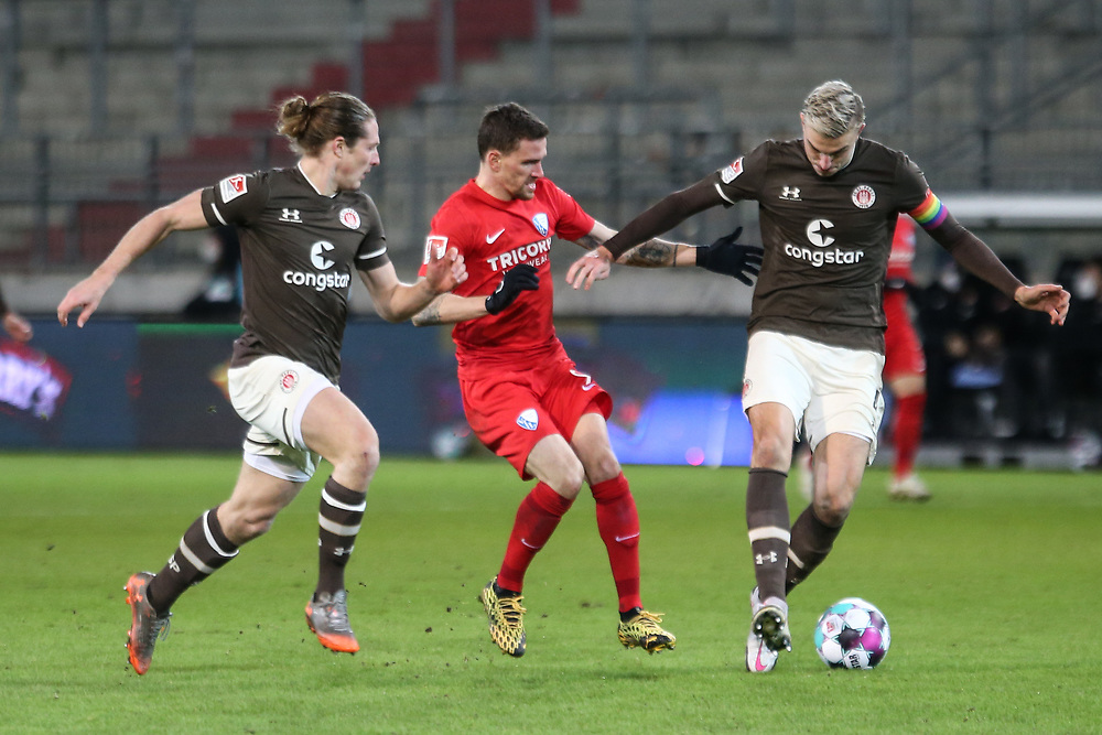 Fussball: 2. Bundesliga, FC St. Pauli - VFL Bochum, Hamburg, 28.01.2021<br /> Daniel Buballa (l.) und Philipp Ziereis (beide Pauli, r.) - Simon Zoller (Bochum)<br /> © Torsten Helmke