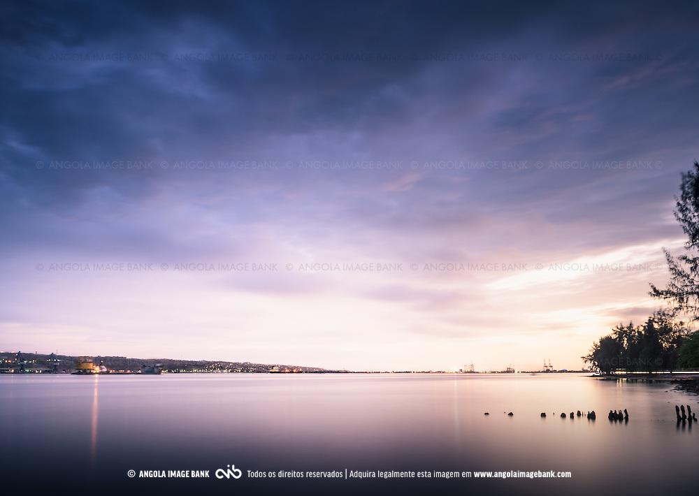 Baia do Lobito vista da Restinga. No horizonte, da esquerda para a direita temos o Porto Mineiro, Cidade, Estaleiro Sonamet, Porto Comercial. Longa exposição ao final do dia.
