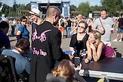 """Autogrammstunde der Band nach ihrem Auftritt beim Festival """"Colors of Ostrava 2013"""". """"The Tap Tap"""" ist eine bekannte und sehr erfolgreiche tschechische Formation mit überwiegend behinderten und auch nicht behinderten Musikern, gegründet 1998 von dem Sozialpädagogen Simon Ornest."""