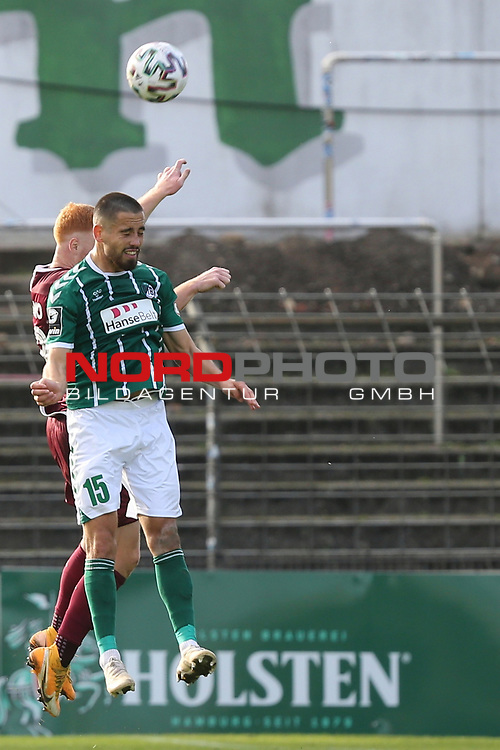 17.10.2020, Dietmar-Scholze-Stadion an der Lohmuehle, Luebeck, GER, 3. Liga, VfB Luebeck vs SG Dynamo Dresden <br /> <br /> im Bild / picture shows <br /> Zweikampf/Kopfball. Kopfballduell zwischen Paul Will (SG Dynamo Dresden) und Ersin Zehir (VfB Luebeck)  <br /> <br /> DFB REGULATIONS PROHIBIT ANY USE OF PHOTOGRAPHS AS IMAGE SEQUENCES AND/OR QUASI-VIDEO.<br /> <br /> Foto © nordphoto / Tauchnitz