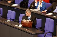 30 JAN 2002, BERLIN/GERMANY:<br /> Joschka Fischer, B90/Gruene, Bundesaussenminister, packt nach Ende der Sitzung seine Aktentasche, Regierungsbank, Plenum, Deutscher Bundestag<br /> IMAGE: 20020130-03-094<br /> KEYWORDS: Tasche