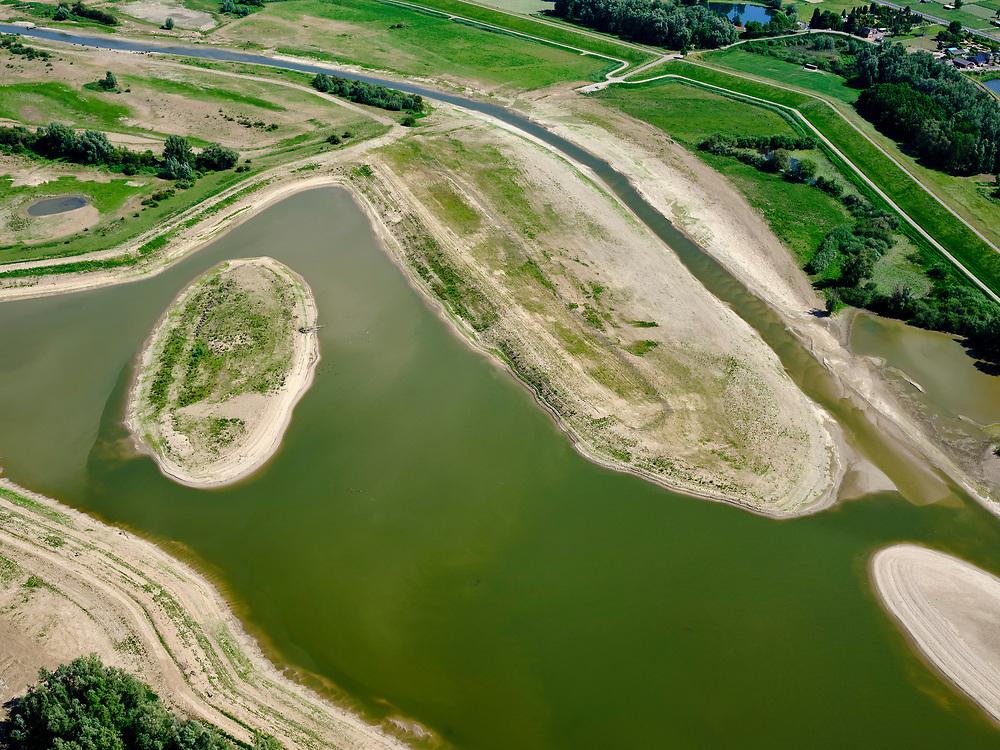 Nederland, Gelderland, Gemeente Druten, 14–05-2020; Waalbandijk ter hoogte van de dorpskern. Links van de dijk de  Afferdense en Deestse Waarden, met nevengeul en recreatiegebied.<br /> Waalbandijk (winter dike) in village Druten. Afferdense and Deestse Waarden, with with side channel and recreation area.<br /> <br /> luchtfoto (toeslag op standaard tarieven);<br /> aerial photo (additional fee required)<br /> copyright © 2020 foto/photo Siebe Swart