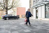 14 NOV 2018, POTSDAM/GERMANY:<br /> Svenja Schulze, SPD, Bundesministerin fuer Umwelt, Naturschutz und nukleare Sicherheit, auf dem Weg zur Klausurtagung des Bundeskabinetts, im Hintergrund Ihr Dienstwagen, Hasso Plattner Institut (HPI), Potsdam-Babelsberg<br /> IMAGE: 20181114-01-008<br /> KEYWORDS; Kabinett, Klausur, Tagung, Auto, KFZ, Wagen, Dienstlimousine, Limousine