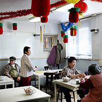 Nederland, Amsterdam , 22 september 2010..Ouderen spelen kaart in buurthuis Chinese Ouderen Vereniging Tung Lok Amsterdam op de Derde Oosterparkstraat 77h..Elderly people play cards in Chinese Elderly Association community center Tung Lok in Amsterdam.
