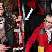 Nederland, Maastricht, 8 februari 2016.<br /> <br /> Carnavalsvierders in de stadsbus.<br /> reportage vanuit de borrelbussen van Veolia, die 's avonds en 's nachts dronken carnavalsvierders naar huis brengt.<br /> Op de foto: carnavalvierders uit de omgeving van Maastricht worden vanaf de Bosschstraat naar huis gebracht zoals bv naar het in de buurt gelegen Bunde.<br /> Buschauffeur Patrick heeft er zin in.<br /> <br /> Foto: Jean-Pierre Jans