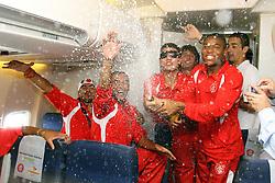 A equipe do S.C. Internacional, Campeã do Mundial interclubes da FIFA 2006, brinca dentro do avião no voo de volta para o Brasil. FOTO: Jefferson Bernardes/Preview.com