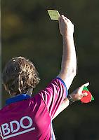 AMSTELVEEN - Scheidsrechter deelt gele kaart uit  tijdens de hoofdklasse hockeywedstrijd tussen de vrouwen van Amsterdam en Terriers (4-0). COPYRIGHT KOEN SUYK