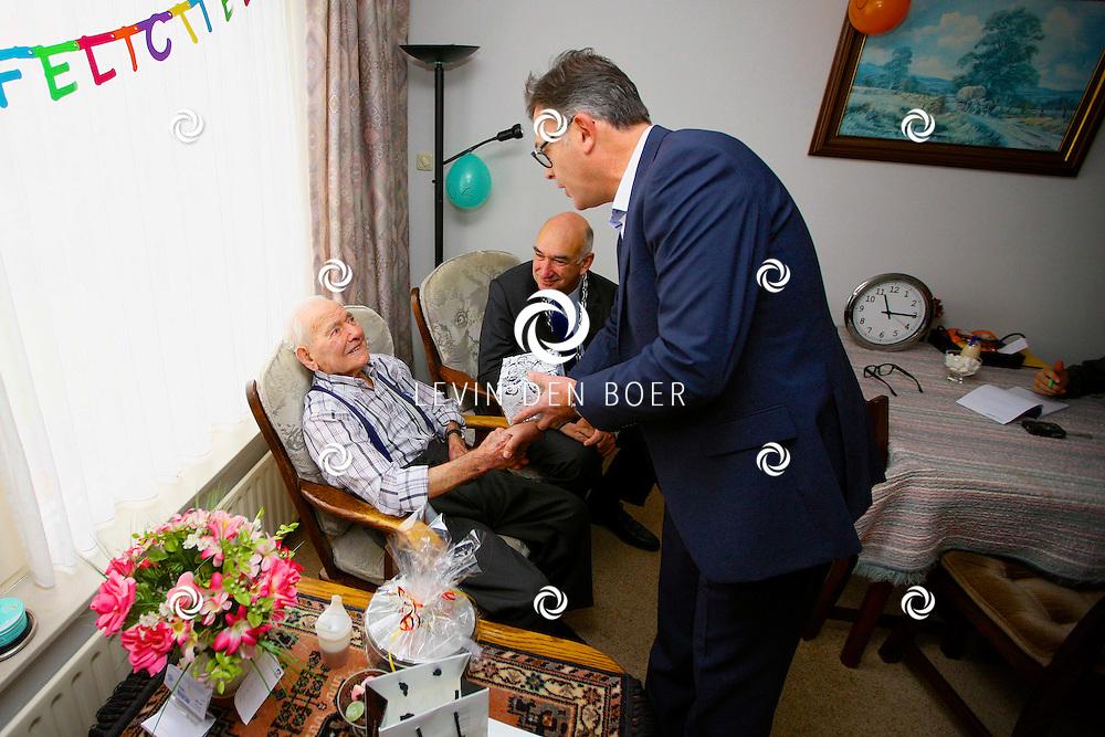ZALTBOMMEL - De heer M. van Dalen is vandaag 105 jaar oud geworden. Burgemeester Albert van den Bosch kwam natuurlijk even langs om hem een heerlijk kado te geven. Met op hier op de foto dhr M. van Dalen die een nieuwe horloge ontvangt uit de handen van Rico Smulders, nieuwe eigenaar van Haas Juwelier in de Boschstraat. FOTO LEVIN DEN BOER - PERSFOTO.NU