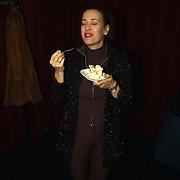 1e Repetitiedag musical Nonsens, Marjolein Keuning eet taart