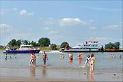 Nederland, Nijmegen, 3-7-2015Warme zomerse dag op het Waalstrand van Nijmegen in de Ooijpolder, makkelijk te bereiken via de voetgangersbrug Ooijblik die hier ligt. Het zwemmen in de rivier de waal, rijn, is gevaarlijk vanwege de veraderlijke stroming en de drukke scheepvaart.Foto: Flip Franssen/Hollandse Hoogte