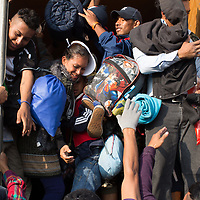 The migrant caravan made its way between Querétaro and Irapauto on Sunday 11th November, but being a Sunday there was little commercial traffic on the roads and it was hard for the migrants to find lifts. Most of the migrants walked for several hours and some of the transport was overcrowded.