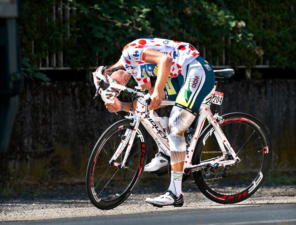 Frankrijk, Aurillac, 11-07-2011.<br /> Wielrennen, Tour de France, Rustdag.<br /> Johnny Hoogerland, helemaal in verband gepakt na zijn verschrikkelijke val van gisteren in de etappe en in de bolletjes trui, na een trainings ritje van 40 minuten langs de weg om iets te herstellen aan zijn fiets.<br /> Foto: Klaas Jan van der Weij
